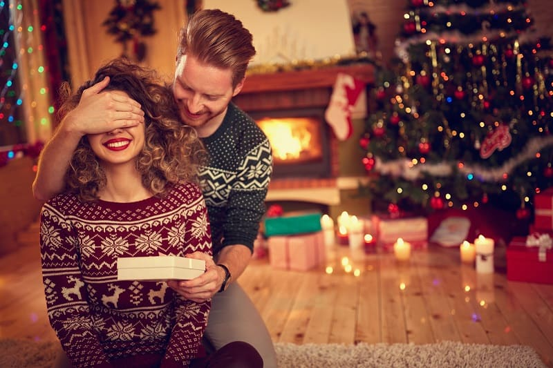 Always-buy-her-the-right-gift-How-To-Treat-A-Woman-To-Keep-Her