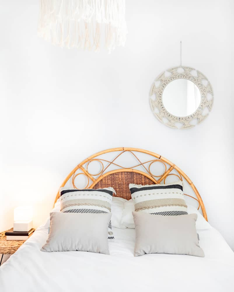 Comfortable,Hotel,Bedroom,With,Rattan,Headboard,With,Natural,Fabric,Cushion,