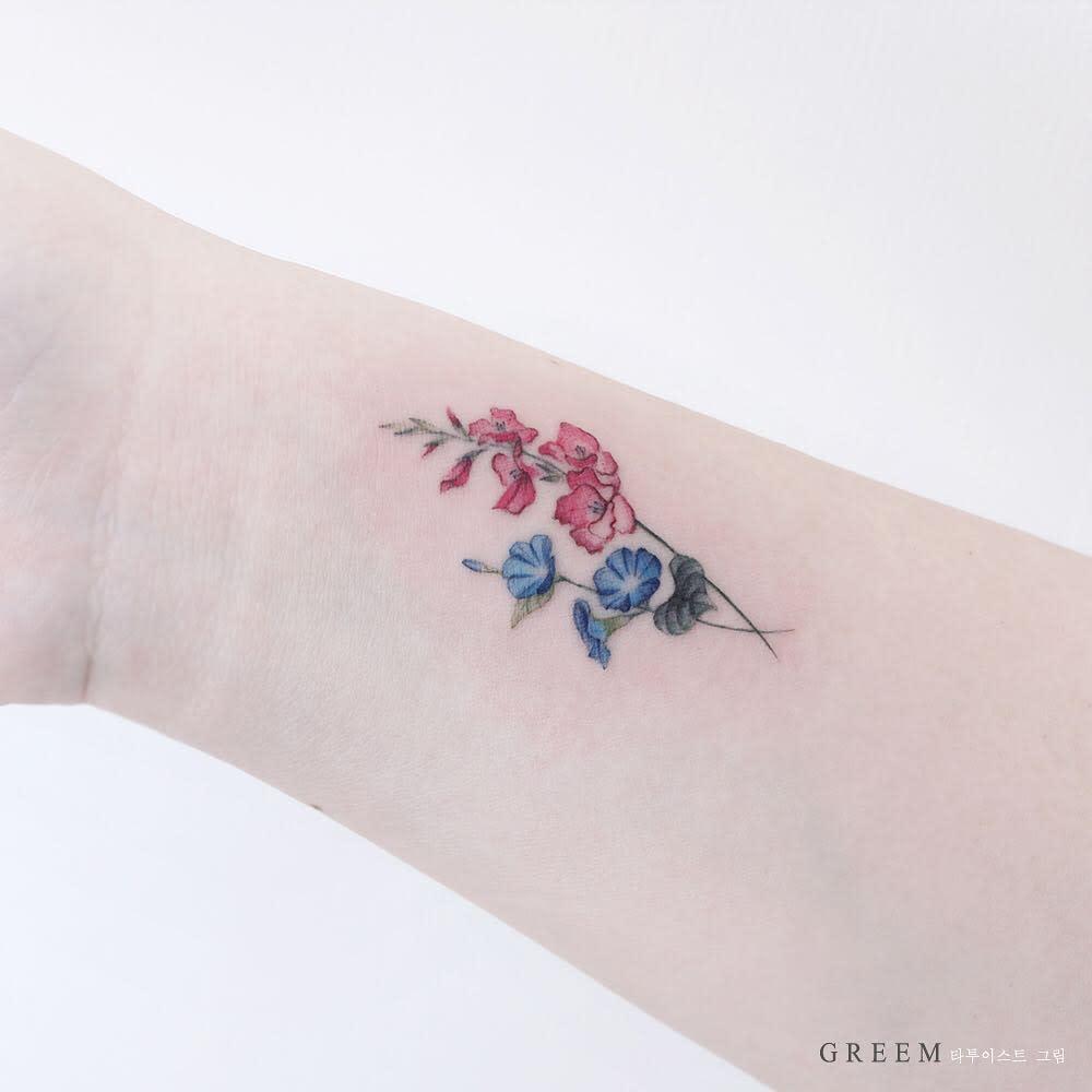 Gladiolus Flower Wrist Tattoo greem.tattoo
