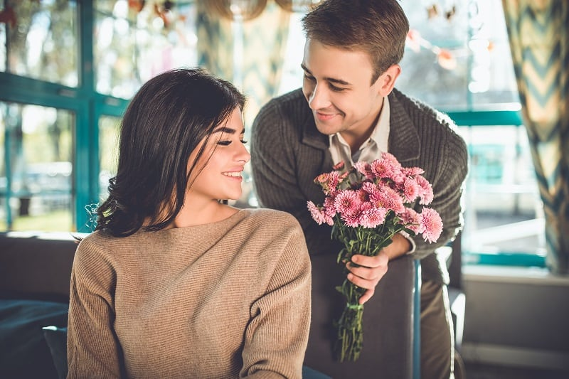 Leave-the-Flowers-at-Home-First-Date-Tips