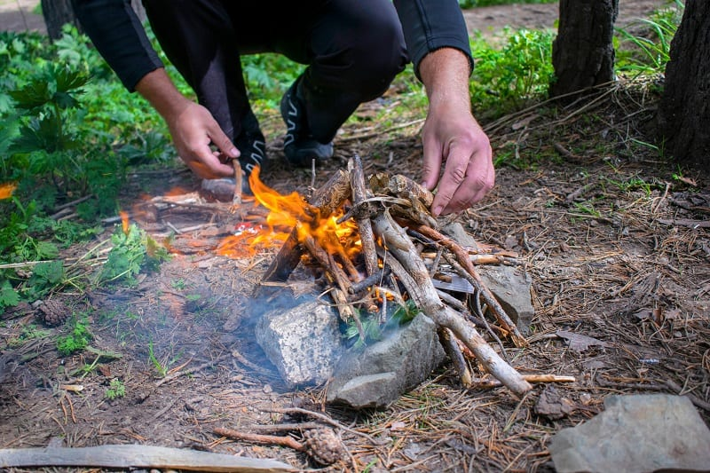 Make-a-fire-How-To-Survive-In-The-Woods