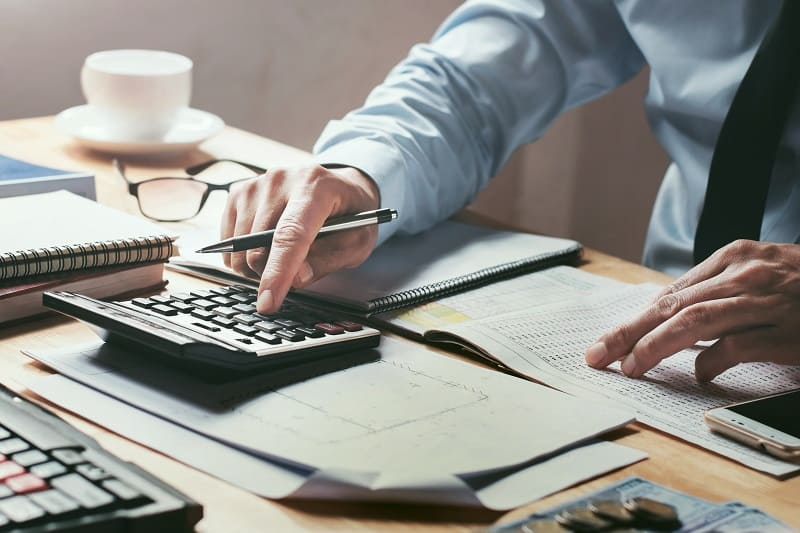 Manage-your-finances-New-Years-Resolution-Ideas-For-Men