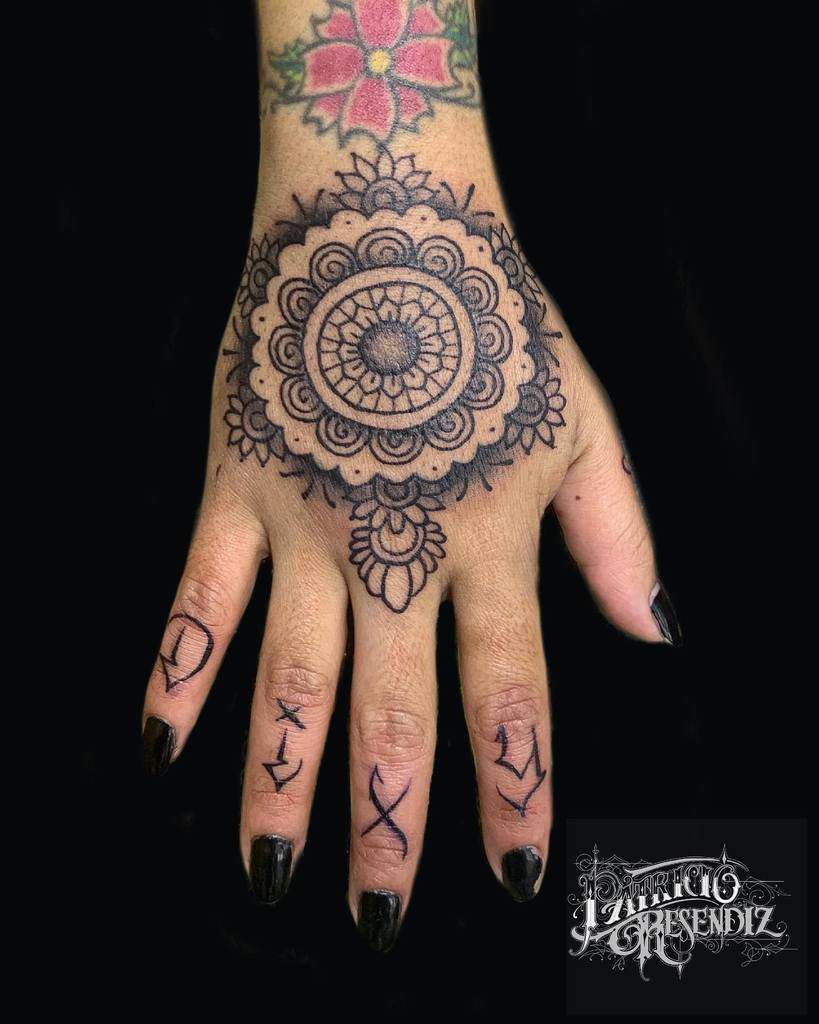 Top 20 Best Hand Tattoos for Women   [20 Inspiration Guide]