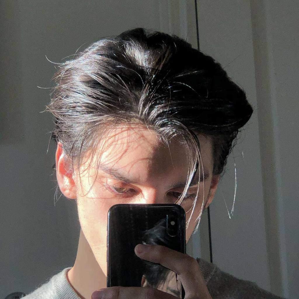 Off-Center-Parted Curtain Hair dysndysn