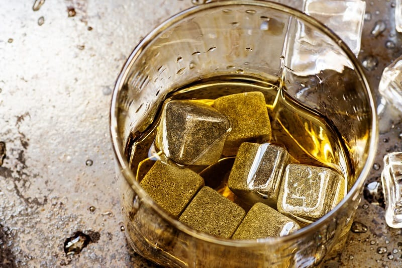 Praktikabilität-von-Whisky-Steinen-und-Eis