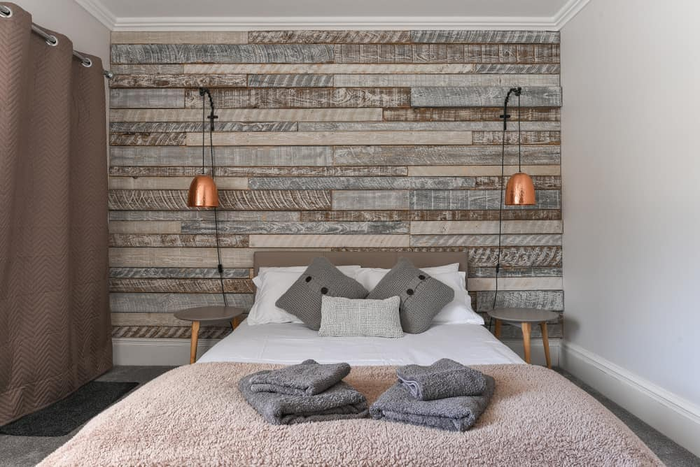 Modern,Bedroom,With,Rustic,Wooden,Headboard,And,White,Linen,And