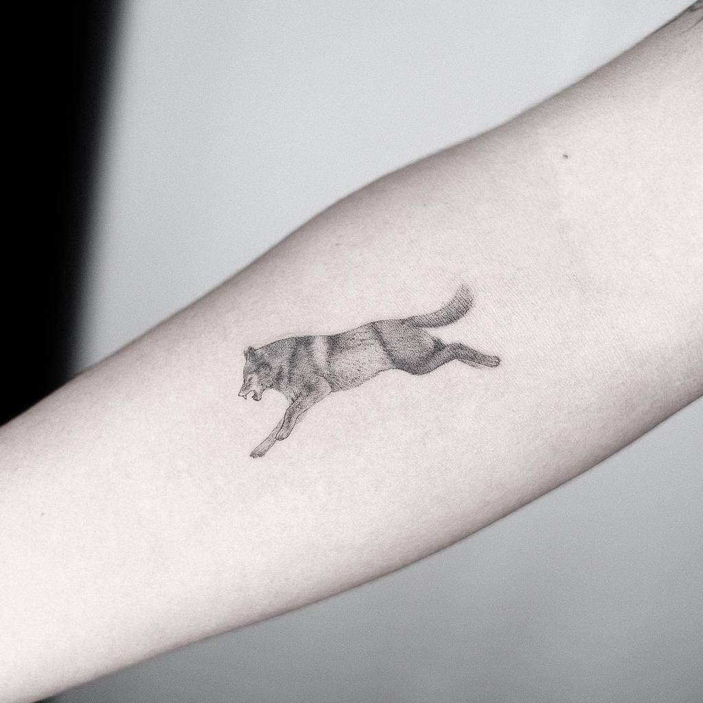 small-wolf-black-single-needle-tattoo-tattooist.t