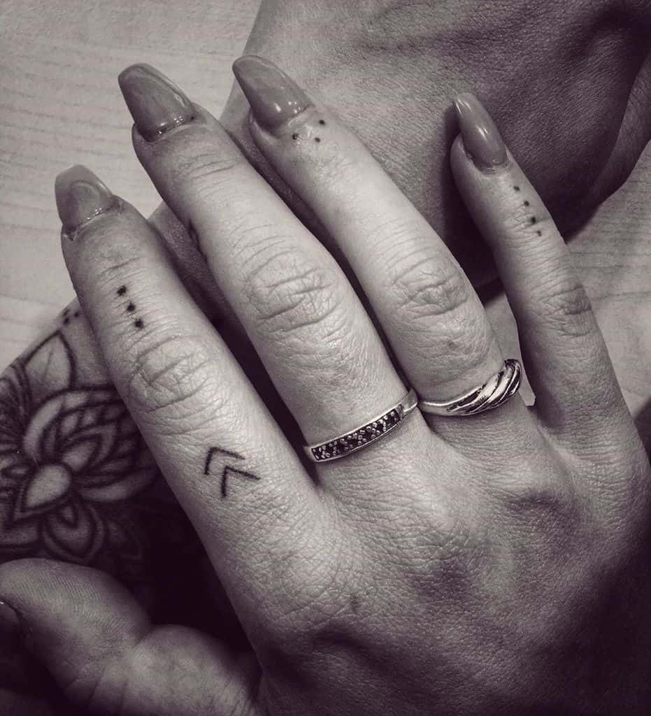 Simple Small Finger Tattoos mishel_strb