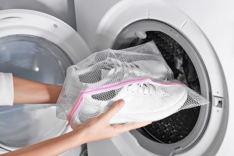 Waschen-Leinwand-Schuhe-mit-einer-Waschmaschine