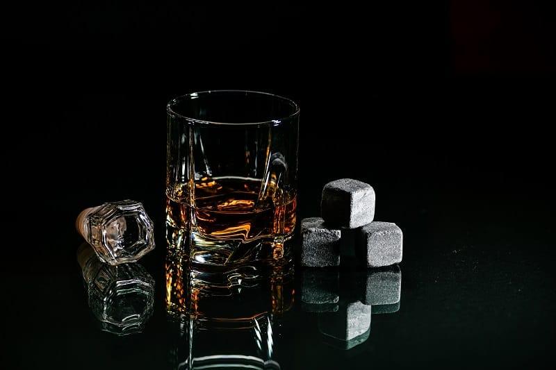 Welche-ist-besser-Whisky-Steine-oder-Eis