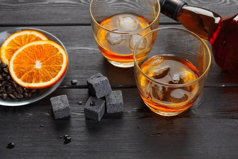 Whisky-Steine-und-Eis-Will-Abkühlen-Ein-Getränk
