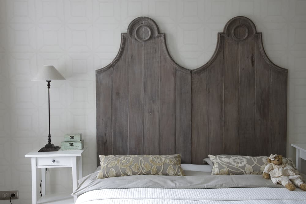Big,Bed,With,High,Headboard,In,Gray,Color