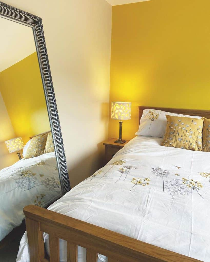 accent wall yellow bedroom ideas hj_no.11