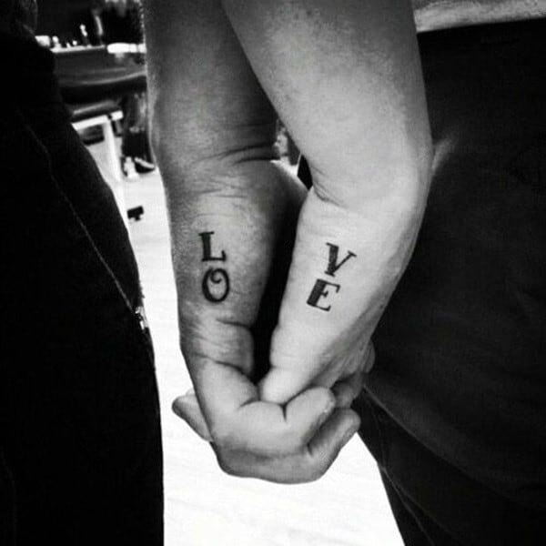 Increíbles tatuajes de pareja amor palabra en la mano exterior