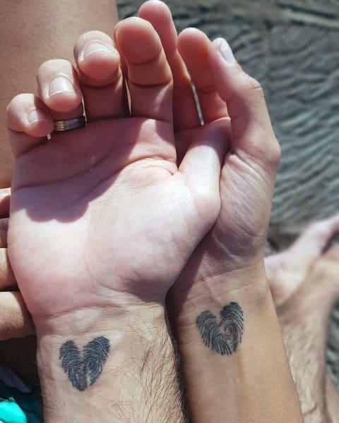 Increíbles tatuajes para parejas, corazones con huellas dactilares en la muñeca