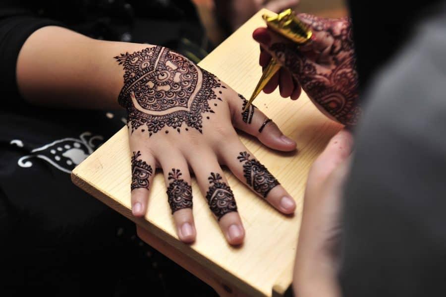 Artist Draws On Henna Ink Tatt Right Hand