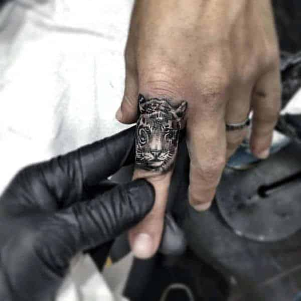 awesome-finger-male-tattoos-of-tiger