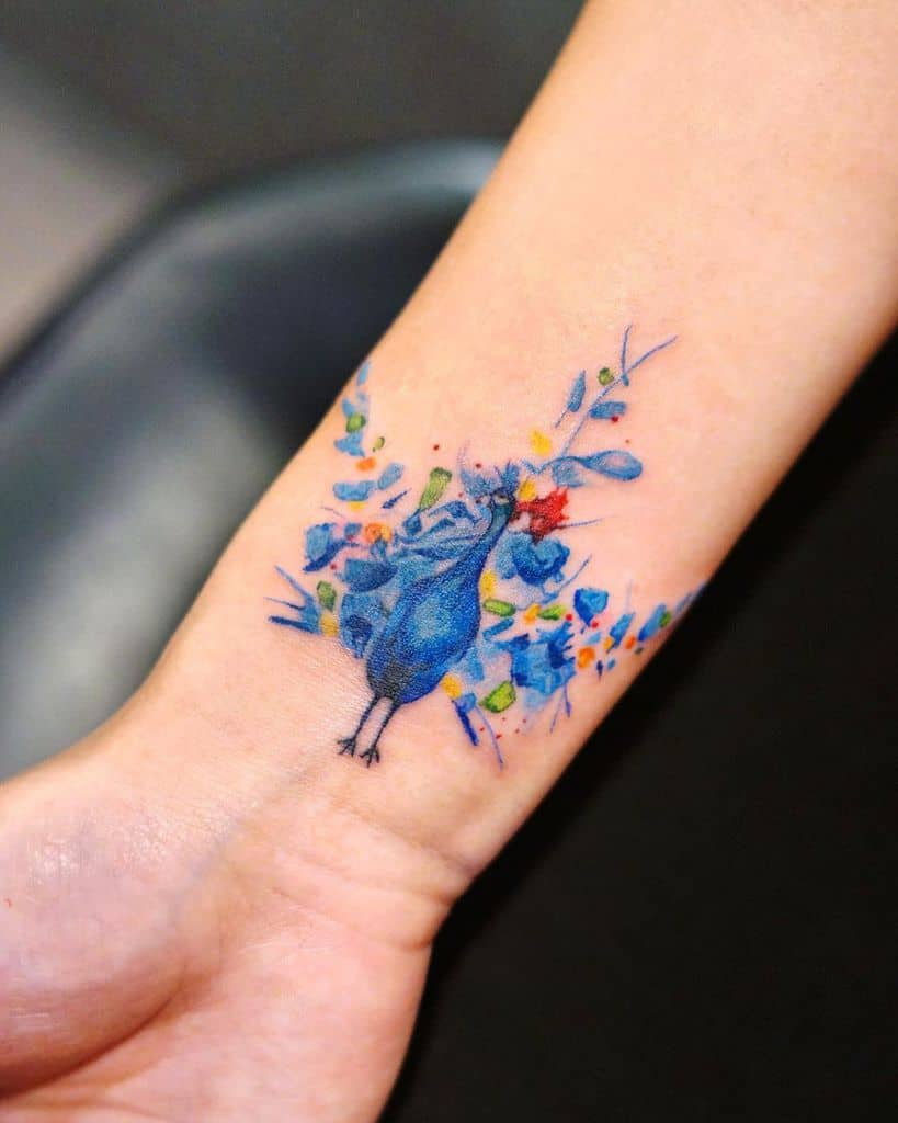 Beau tatouage de paon au poignet