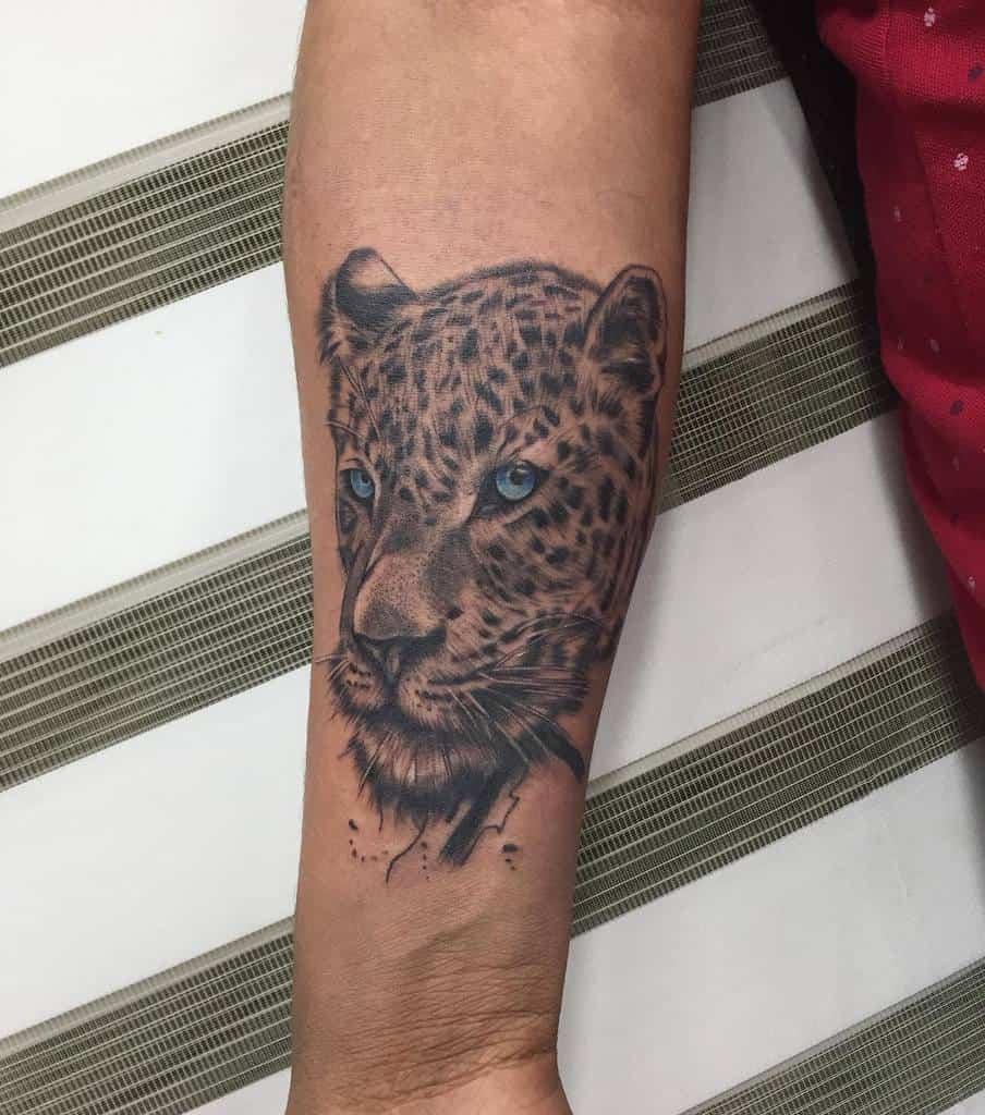black-grey-ink-jaguar-tattoo-alondraboomtattoo