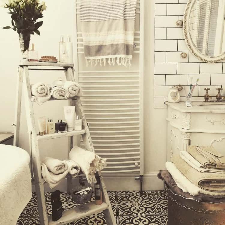 Black White Floortiles Shabby Chic Farmhouse Bathroom Frenchinspiredhomeideas