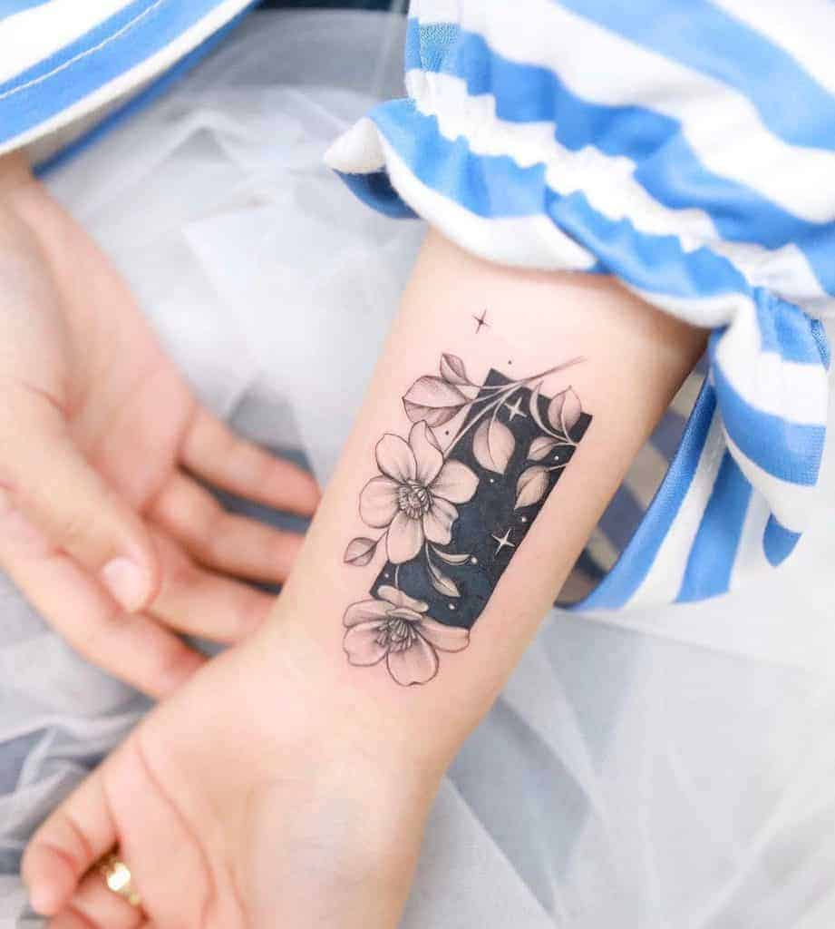 blackwork-flower-wrist-tattoo-xiso_ink-1382×1536