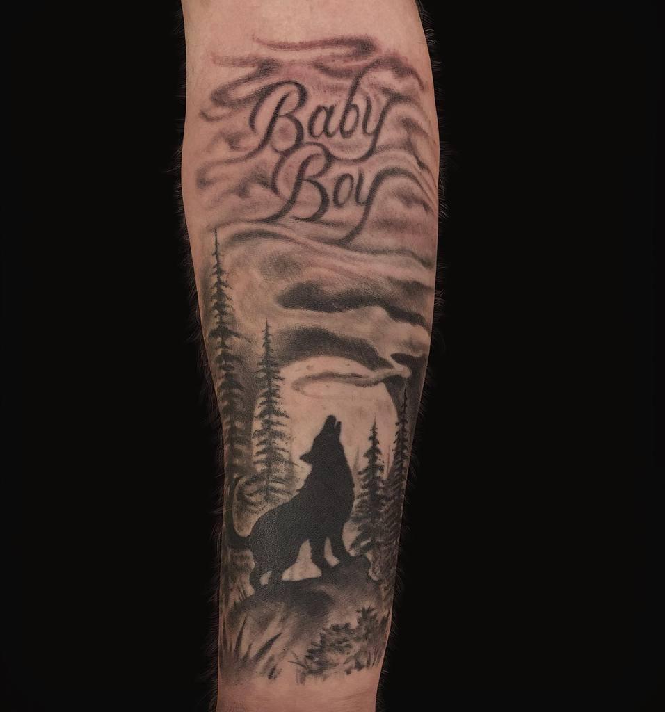 blackwork howling wolf tattoo timbecktattoos