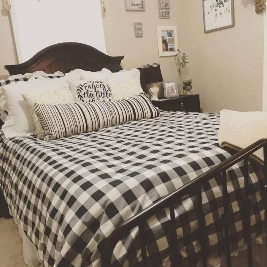 buffalo print farmhouse bedroom ideas mamajo_beautyforashes