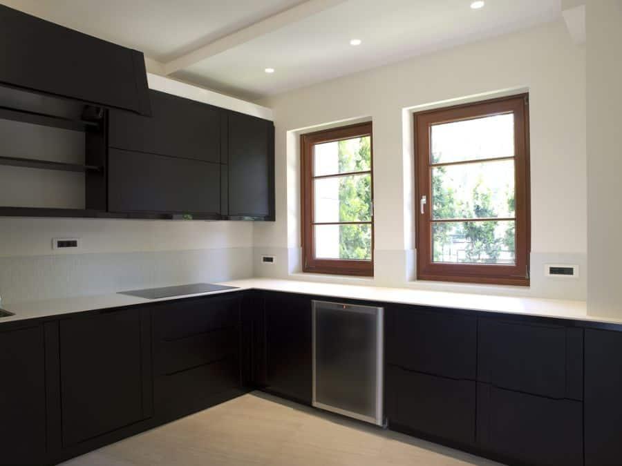 Classic Black And White Kitchen 5