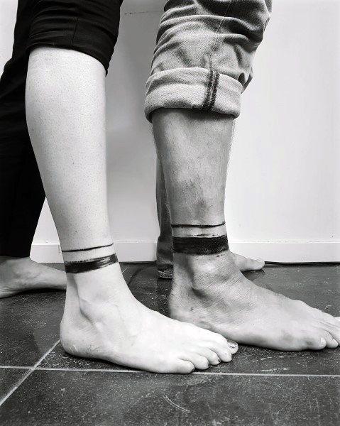 Tatuajes para parejas geniales Diseño de banda de pierna de tinta negra en la parte inferior de la pierna