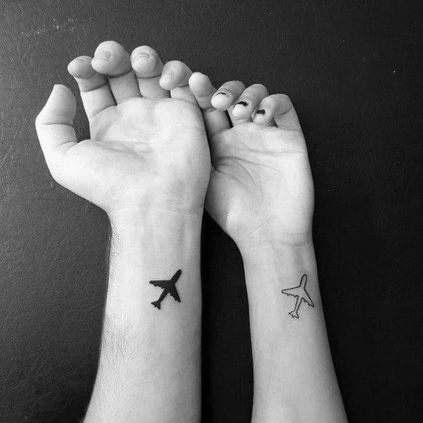 Tatuajes correspondientes para parejas, aviones en la muñeca