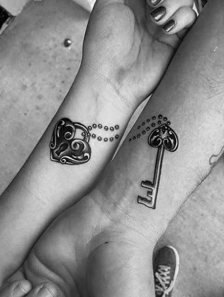 Pareja de tatuajes a juego con llave con candado de corazón