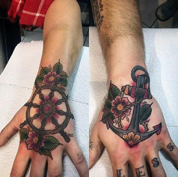 Ideas de tatuajes para parejas, diseño tradicional de barco y rueda de la vieja escuela en las manos