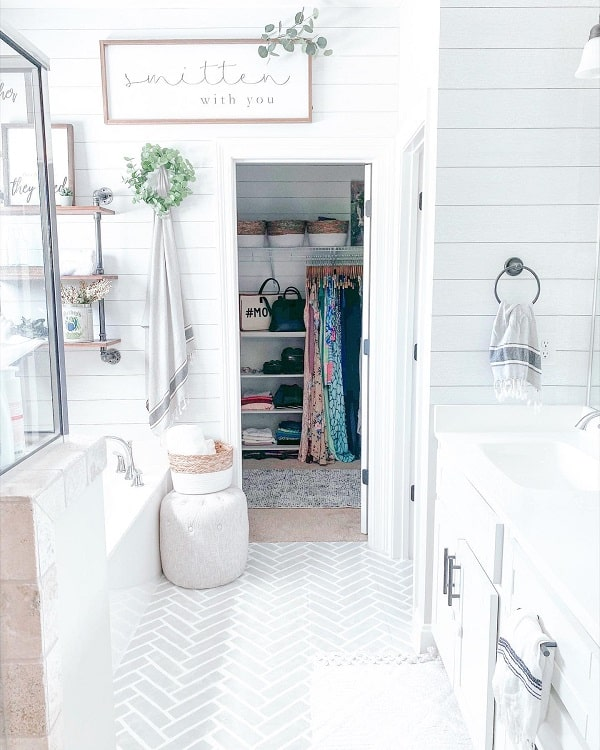 Cozy Vintage White Farmhouse Bathroom Farmhouseish