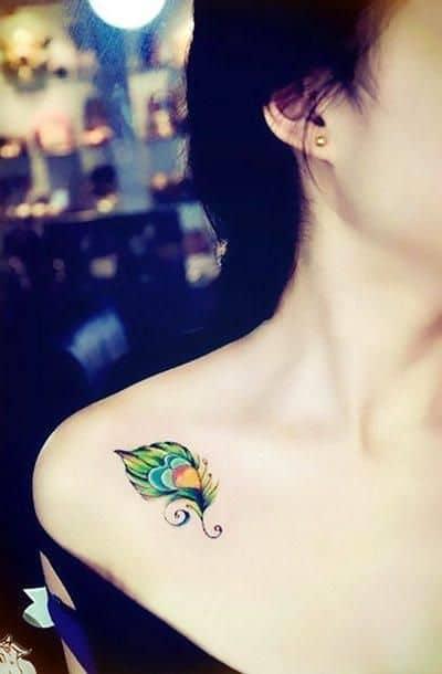 Tatouage plume de paon coloré mignon