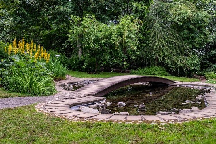 English Style Round Backyard Pond Landscaping