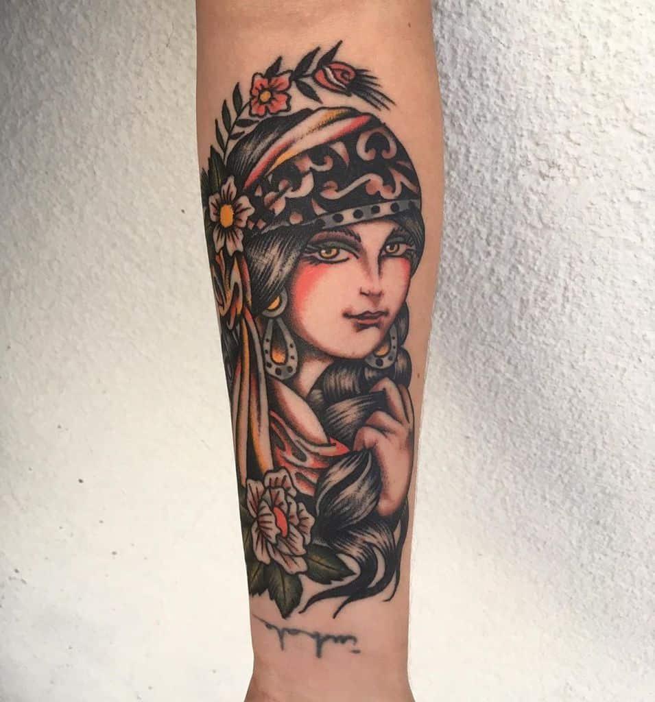 Beau travail gitan coloré tatouage