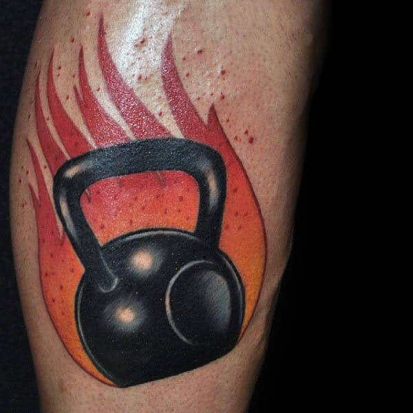 Flaming Kettle Ball Ideas creativas de tatuajes de fitness para hombres