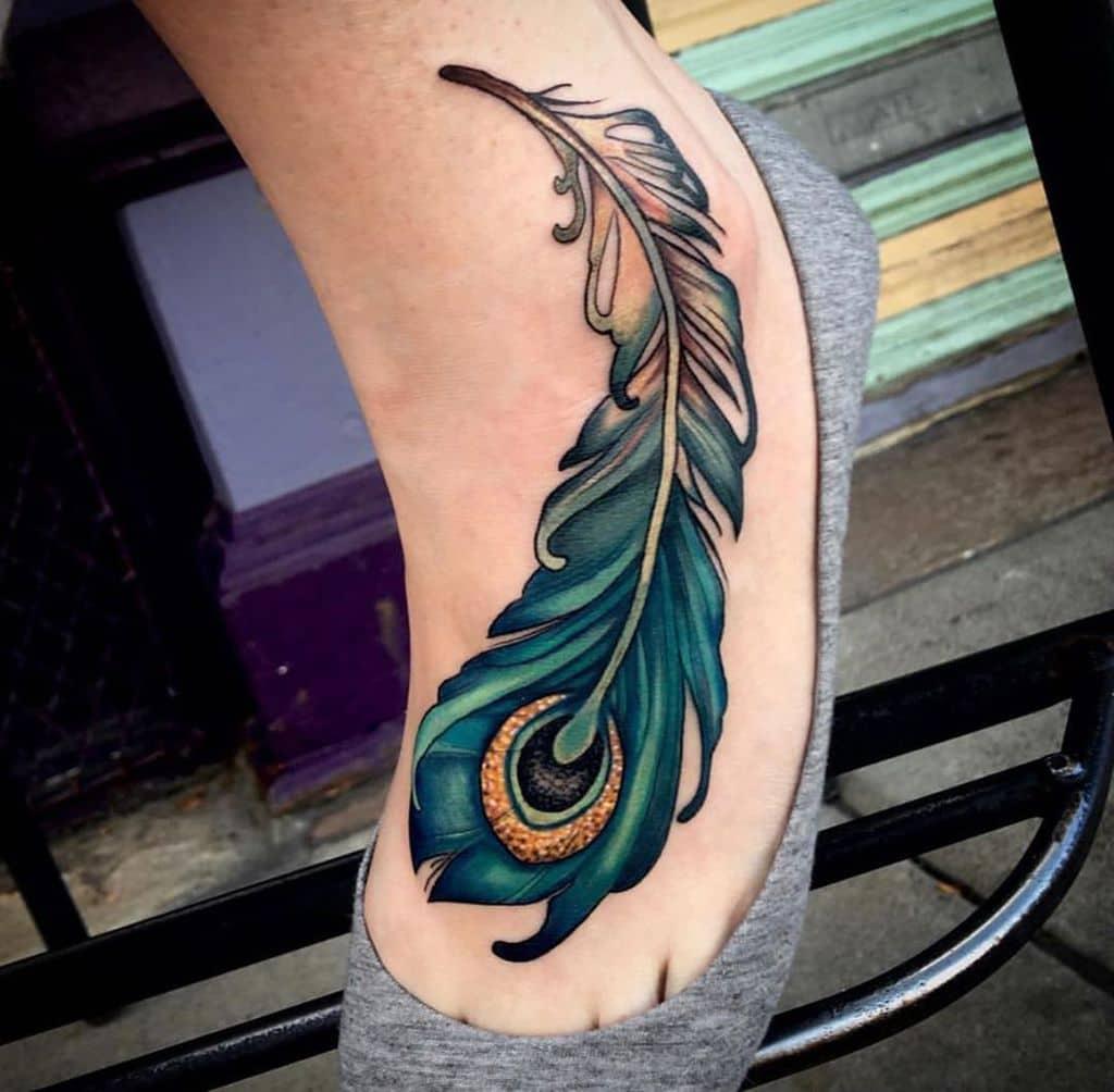 Couleur des pieds tatouage plume de paon