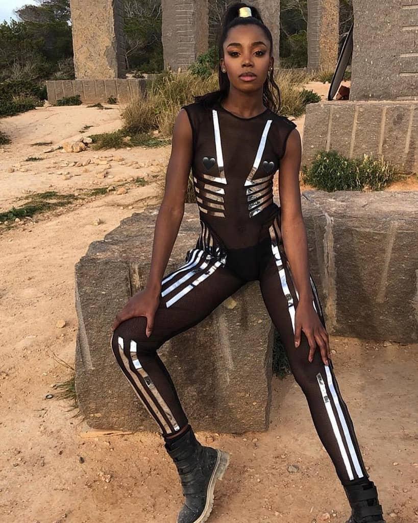 salopette en maille noire de mode futuriste avec des rayures métalliques