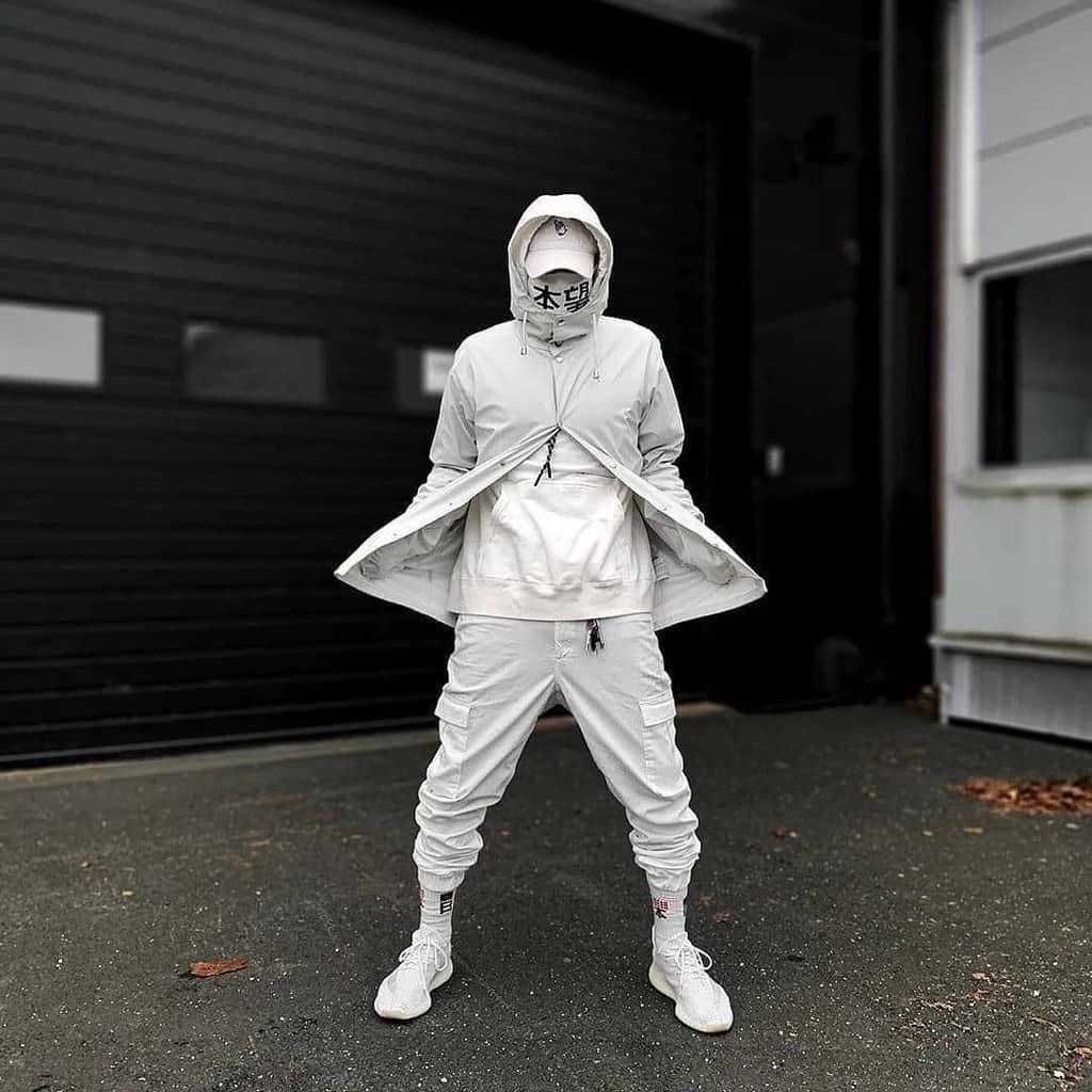 mode futuriste pour hommes tenue tout blanc