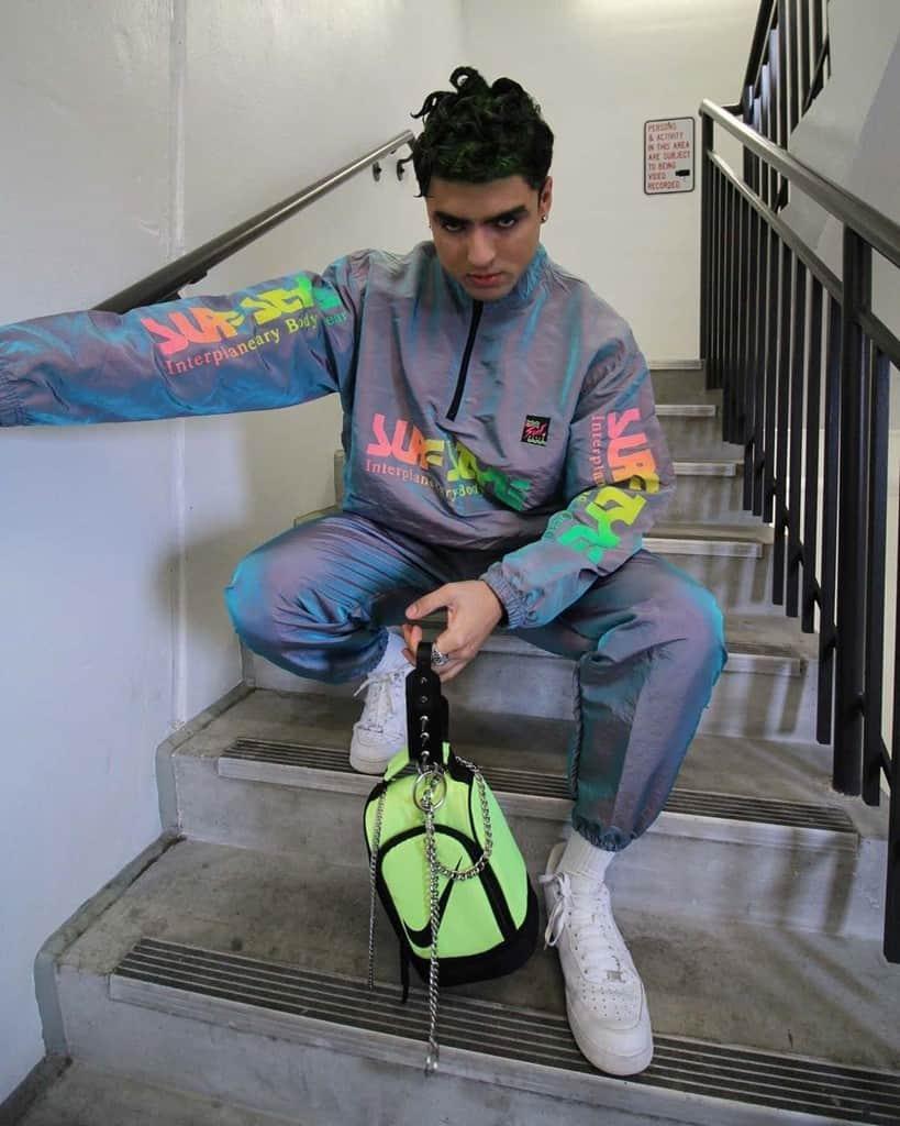 mode futuriste pour hommes tenue coupe-vent colorée