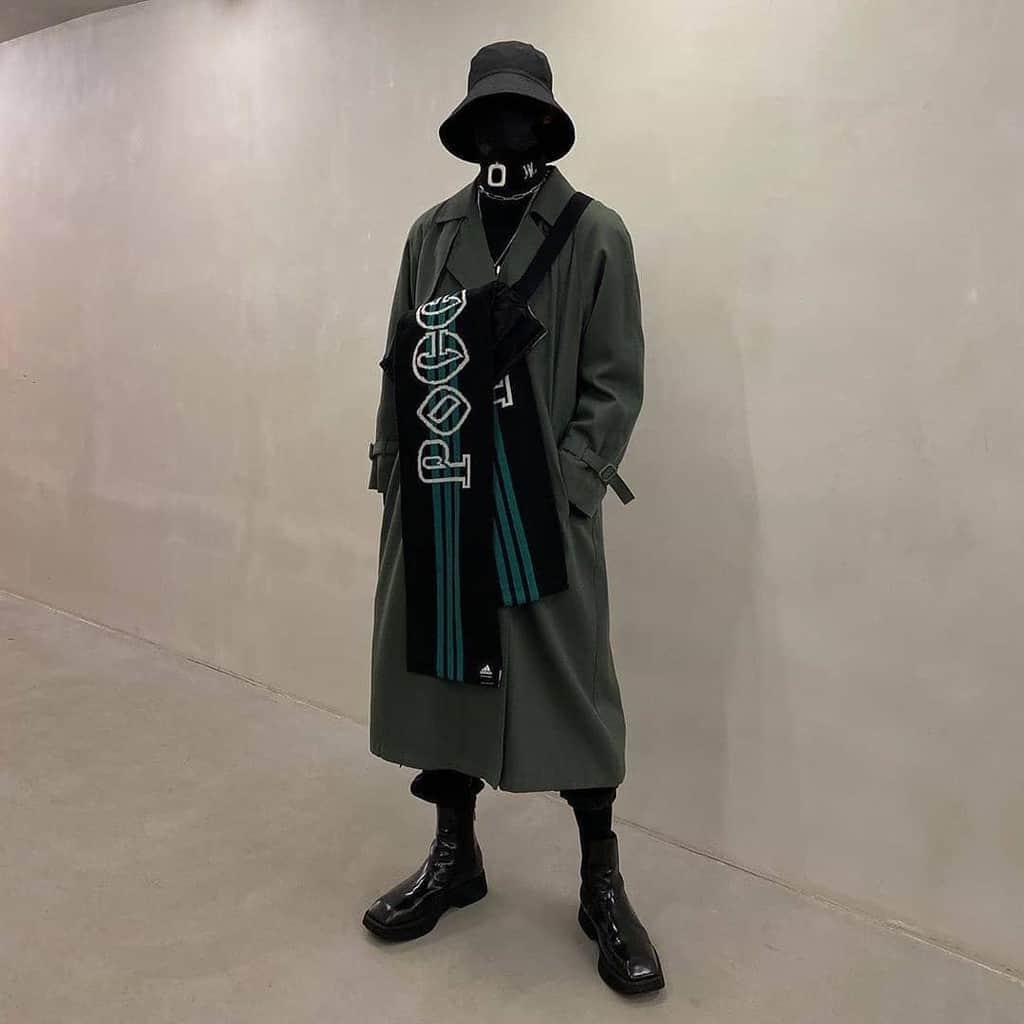 mode futuriste pour hommes trench-coat de couleur foncée avec foulard