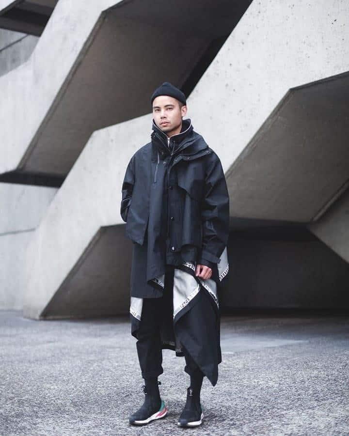 mode futuriste pour homme veste noire oversize