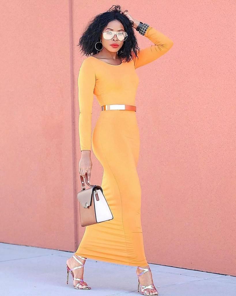 mode futuriste avec une robe con orange vif
