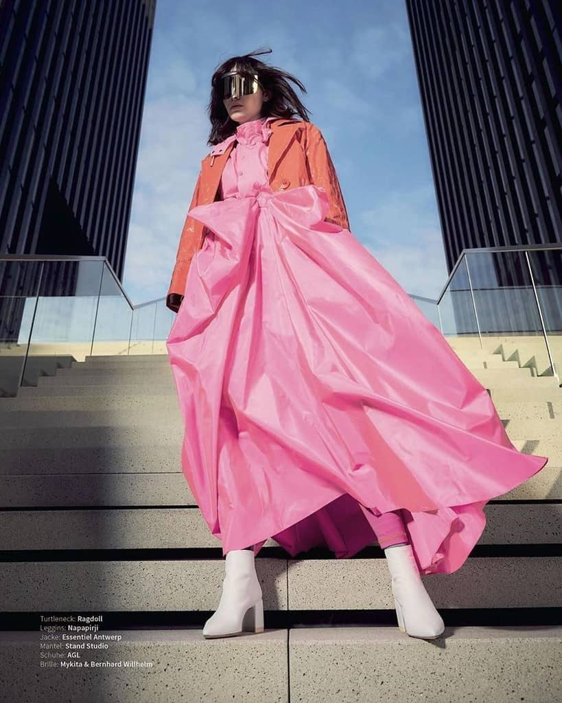 mode futuriste avec veste orange et grande robe rose