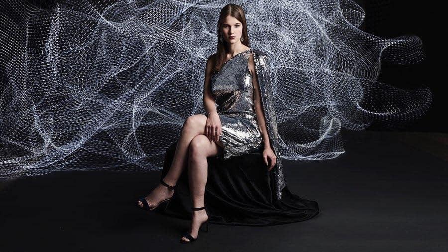 mode futuriste avec une robe courte en tissu mettalic