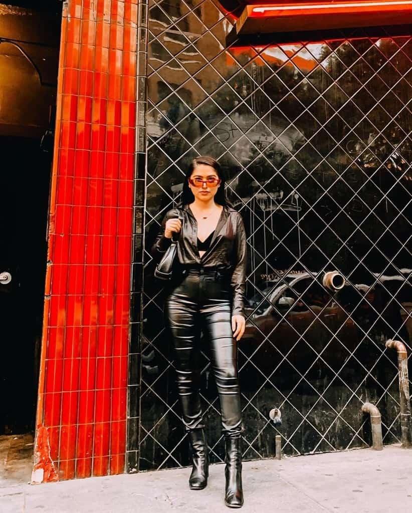 mode futuriste avec un pantalon noir moulant