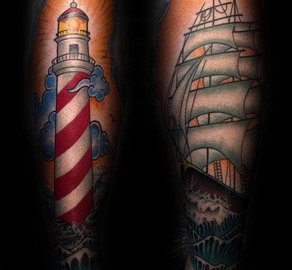 Guy Avec Tattoo De Phare traditionnel Et Voilier Sur Avant-bras