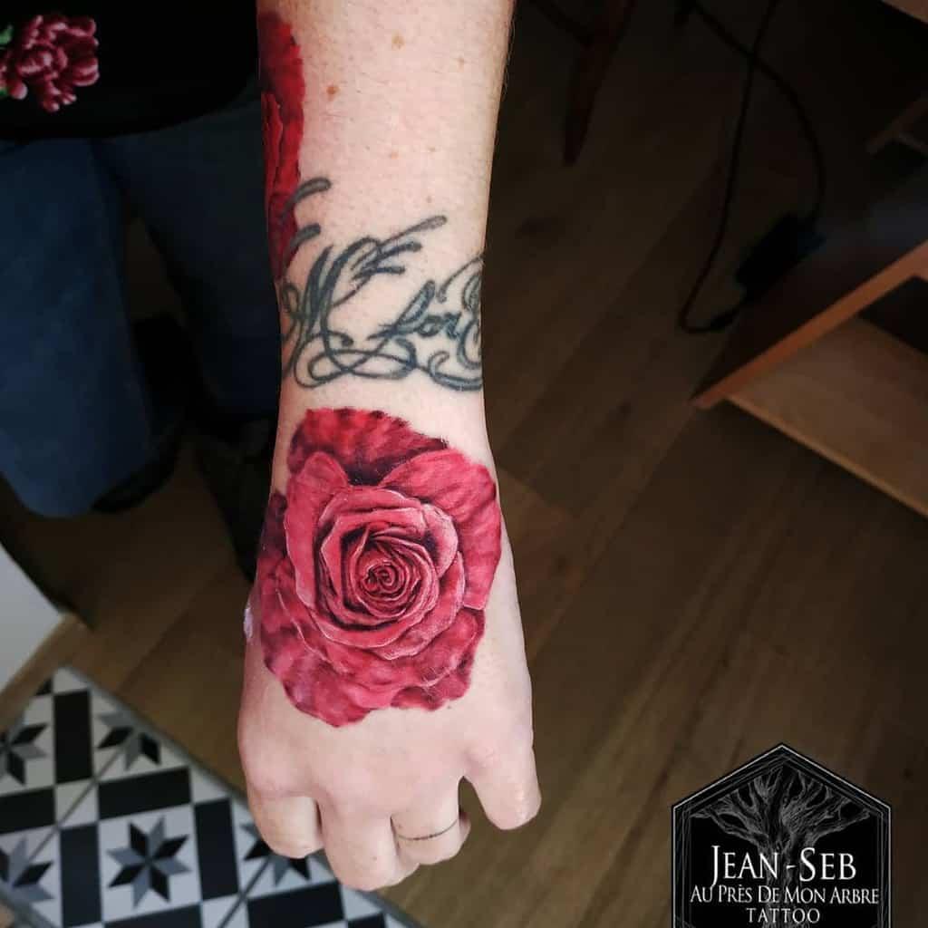 hand-red-rose-tattoos-jeansebtatouage