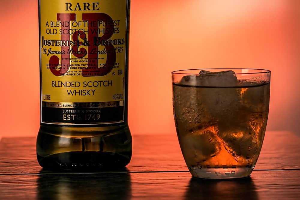 j&b blended scotch whisky with ice